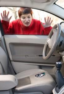 אישה נעולה מחוץ לרכב